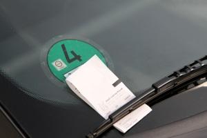 Das Knöllchen von der Polizei oder vom Ordnungsamt ist in der Regel am Scheibenwischer vom Auto angebracht.