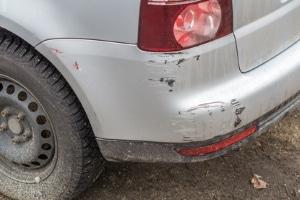 Kratzer im Auto: Fahrerflucht kann auch in einem solchen Fall vorliegen.