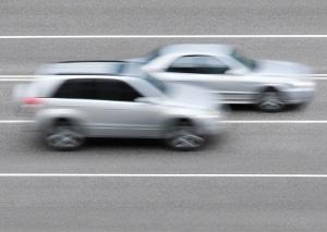 Lichtschranken-Blitzer tendieren zu fehlerhaften Messungen, wenn Autos nebeneinander fahren.