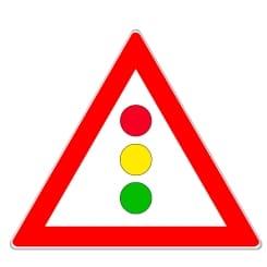 Bei einer nicht einsehbaren Lichtzeichenanlage weist ein Verkehrszeichen auf die Ampel hin.