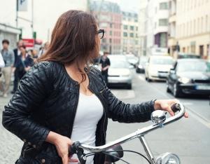 Beim Linksabbiegen mit dem Fahrrad muss auf Autos und Fußgänger geachtet werden.