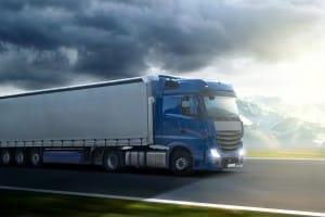 Ein Lkw mit Anhänger: Auch die Bremswege- und Fahreigenschaften verändern sich.