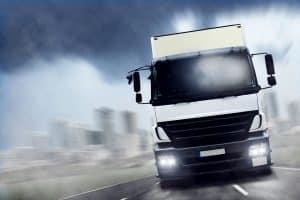 LKW auf der Autobahn müssen die Geschwindigkeit entsprechend anpassen.