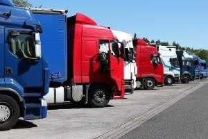 Wie schnell darf ein Lkw auf der Autobahn fahren? Die Geschwindigkeit hängt vom Gewicht des Fahrzeugs ab.