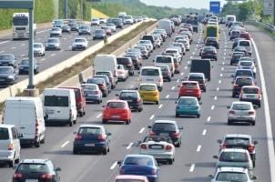 Durch das Lkw-Fahrverbot in Europa soll u. a. das Staurisiko sinken.