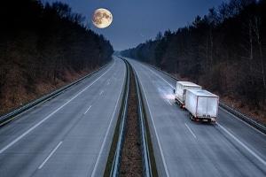 Müssen auf bestimmten Strecken in Deutschland Pkw oder Lkw ein Fahrverbot nachts einhalten?
