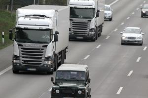 Die StVO definiert die für Lkw zulässige Geschwindigkeit auf der Autobahn.