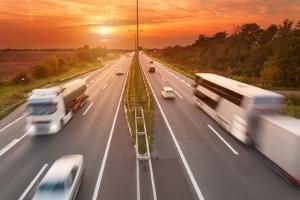 Die für Lkw geltende Höchstgeschwindigkeit auf der Autobahn hängt in Deutschland vom Gewicht der Kfz ab.