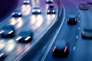 Gilt für Pkw oder Lkw ein Nachtfahrverbot auf der Autobahn oder anderen Außerortsstraßen?
