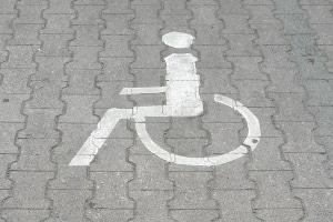 Diese Markierung zeigt einen Behindertenparkplatz an.