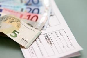 Wer maskiert beim Autofahren erwischt wird, muss mit 60 Euro Bußgeld rechnen.