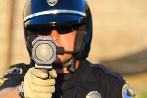 Polizisten messen direkt mit einem Laser oder koppeln Blitzer mit den Messgeräten.