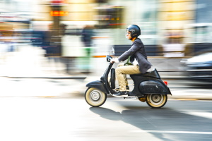 Moped fahren: Ohne Helm droht ein Bußgeld.