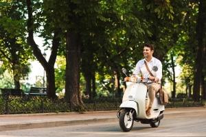 Mit dem Moped unterwegs: Der Führerschein kann im Alter von 15 Jahren erworben werden.
