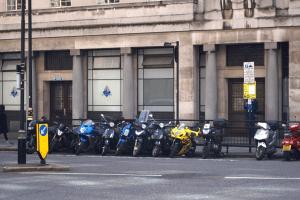 Zweiräder sind beliebt. Ob Sie Moped mit 15 fahren dürfen, erfahren Sie hier.