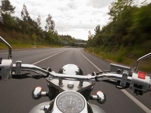 Kommt es zu einem Motorradunfall ohne Helm, besteht schnell Lebensgefahr.