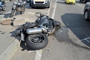 Motorradunfall ohne Helm: Missachtung der Helmpflicht kann tödlich enden.
