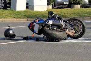 Motorradunfall: Ohne Schutzkleidung können schwere Verletzungen drohen.