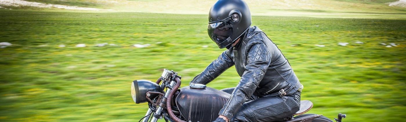 Warum ist ein Motorradunfall ohne Schutzkleidung besonders gefährlich?