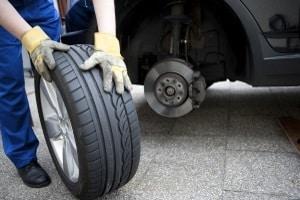 Ein Nagel im Autoreifen kann zur Reifenpanne führen.