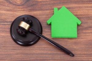 Haben die Eigentümer den Zugang selbst verbaut, können Sie das Notwegerecht meist nicht einklagen.