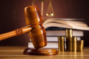 Auch die Ahndung von Straftaten und Ordnungswidrigkeiten kann unters Verkehrsunfallrecht fallen.