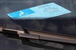 Nur wer einen Parkausweis besitzt hat auf einen Schwerbehindertenparkplatz eine Berechtigung.