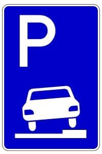 Parken auf dem Bürgersteig: Erlaubt ist dies zum Beispiel bei diesem Verkehrszeichen.
