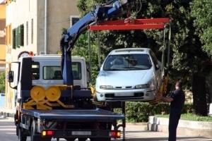 Sie parken verbotswidrig auf dem Gehweg? Die Behörden können deshalb ein Abschleppunternehmen beauftragen.