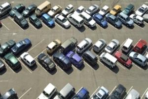 Parkendes Auto angefahren: Fahrerflucht und Strafe können durch eine Meldung bei der Polizei umgangen werden.
