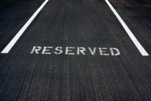 Dürfen Fußgänger einen Parkplatz freihalten oder drohen dafür Sanktionen?