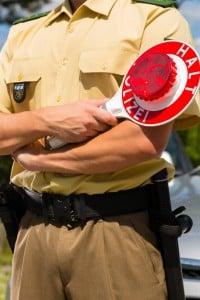 Während der Polizeikontrolle ist den Weisungen der Beamten Folge zu leisten