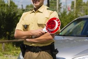 Praktische Prüfung: Ein Polizist kontrolliert die Einhaltung der Regeln zur Verkehrserziehung.