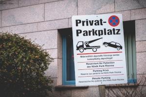 Es kommt nicht selten vor, dass Besitzer von einem Privatparkplatz Falschparker abschleppen lassen müssen.