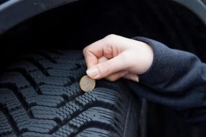 Sie können die Profiltiefe Ihrer Autoreifen mit einer Ein-Euro-Münze überprüfen.