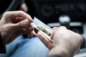 Cannabis rauchen: Ob passiv oder aktiv, der Konsum kann beim Autofahren schlimme Folgen haben.