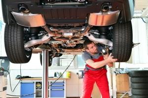 Besuch in der Werkstatt: Nicht jeder möchte die Reifen selbst wechseln.