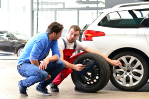 Ein maximales Reifenalter ist beim TÜV nicht vorgegeben, aber nicht nur die Mindestprofiltiefe ist für die Sicherheit von Bedeutung.
