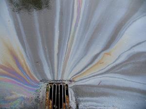 Ob entstandener Schaden oder aber Kosten für die Reinigung: Nach einem Unfall wegen einer Ölspur haftet der Verursacher der Verschmutzung.