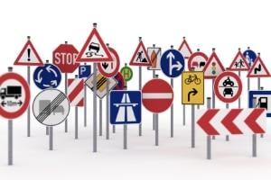 Beim Reiten auf der Straße müssen Sie die gleichen Schilder beachten wie Autofahrer.
