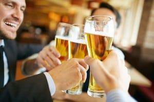 Am Morgen nach einer durchzechten Nacht ist oft noch eine beträchtliche Menge Restalkohol im Blut.