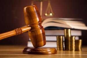 Bei einer Rippenprellung kann das Schmerzensgeld auch vor Gericht verhandelt werden.