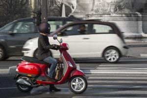 Roller zu fahren ohne geeigneten Helm, kann Bußgelder nach sich ziehen.