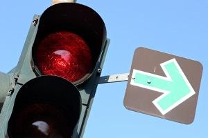 Was heißt es, wenn eine rote Ampel mit einem Grünpfeil ausgestattet ist?