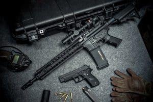 Eine rote Waffenbesitzkarte erlaubt es Sammlern Waffen zu besitzen.