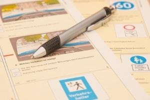 Beim Sachunterricht zur Verkehrserziehung wird auch das Wissen geprüft.