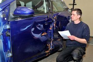 Zu den Schadenspositionen im Verkehrsunfallrecht können auch die Kosten für den Gutachter zählen.