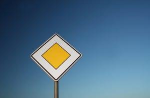 Das Schild für die Vorfahrtstraße ist wohl jedem Autofahrer bekannt.
