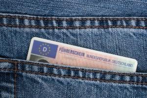 Eine Schlüsselnummer wird beim Führerschein auf der Rückseite eingetragen.