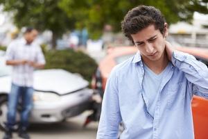 Schmerzensgeld nach Auffahrunfall: Nackenschmerzen können auf ein Schleudertrauma verweisen und Ansprüche begründen.